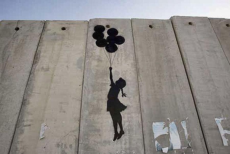 niña globo street art