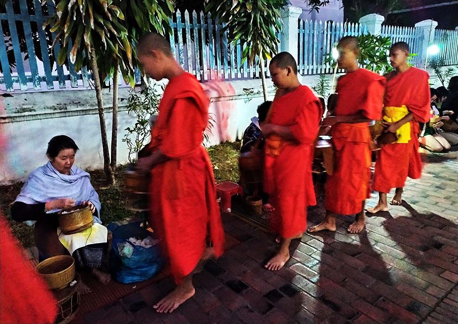 ofrenda-monjes-que-ver-en-luang-prabang