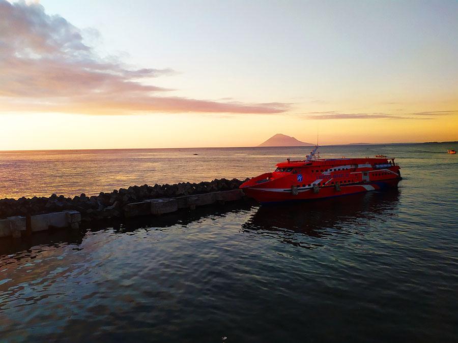 ferry-manado-volcanes-indonesia